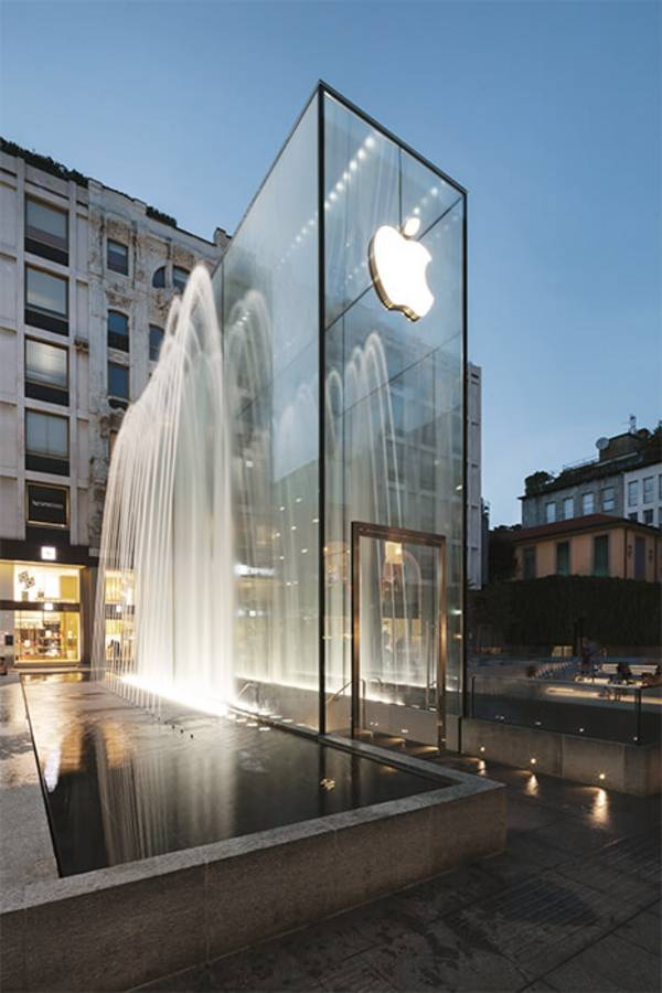 The cuboid for the Apple Store in Mailand consist of 4 facade glass panels on the long side.