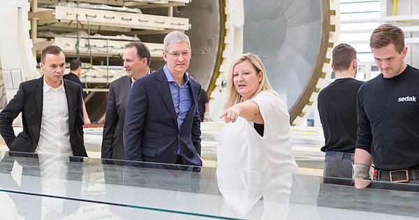 High Praise by the computer company Apple: Apple-CEO Tim Cook commends the international premium façade constructor seele for its all-glass constructions and the great collaboration.