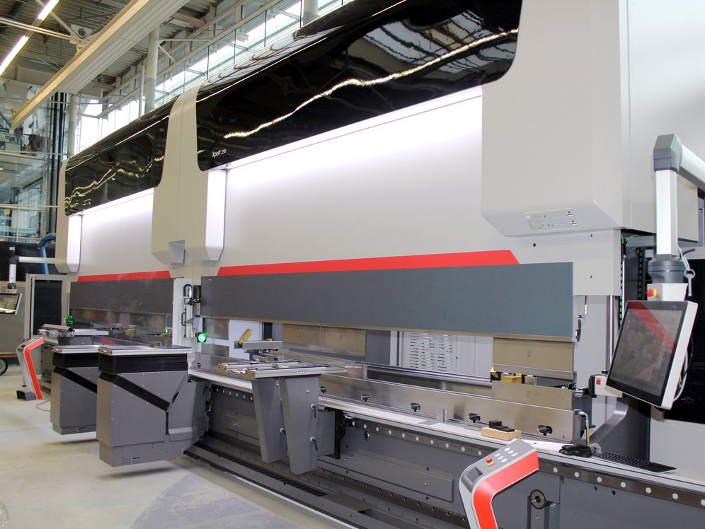 In 2015, the seele GmbH expanded its production capacities in façade construction for unitised façades thanks to two new press brakes with a 8,2m edge length and pressing force of 250t.
