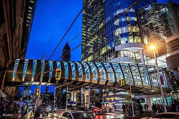 Even at night, the TEC Bridge is an eyecatcher in the city of Toronto, Kanada.