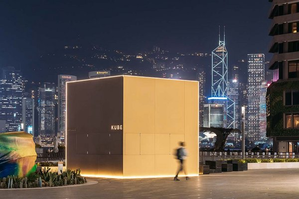 The kiosk has the shape of a cube measuring 5 x 5 x 5m made by seele