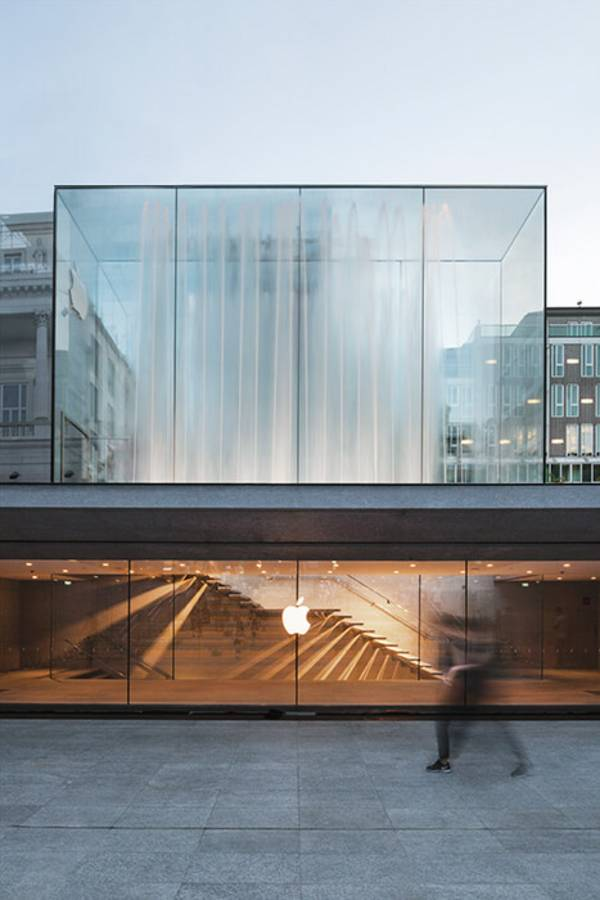 With this retail store, Apple has created another store with a unique design and, at the same time, redesigned a whole plaza, inviting people to linger outside the store in Mailand.