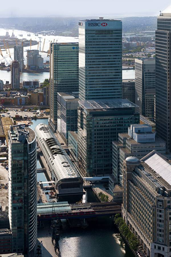 The roof of the Canary Wharf Crossrail Station out of membrane cushions guarantees to attract attention.