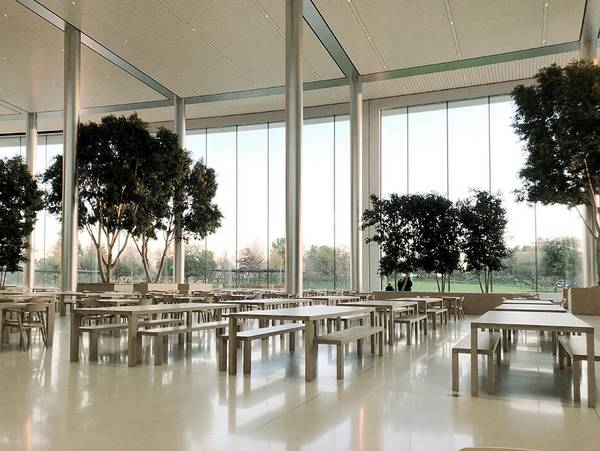 The restaurant with its huge, curved, sliding façade elements in steel and glass is the central meeting place at Apple Park, Cupertino, with seating for 4,000 employees.
