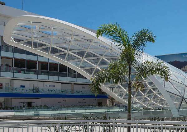 The carioca wave roof is made up of a total of 503 triangular panes in different sizes.