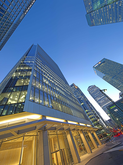 The façade of the office building at 25 Churchill Place required the expertise of seele: alltogether 14 different façade types were installed.