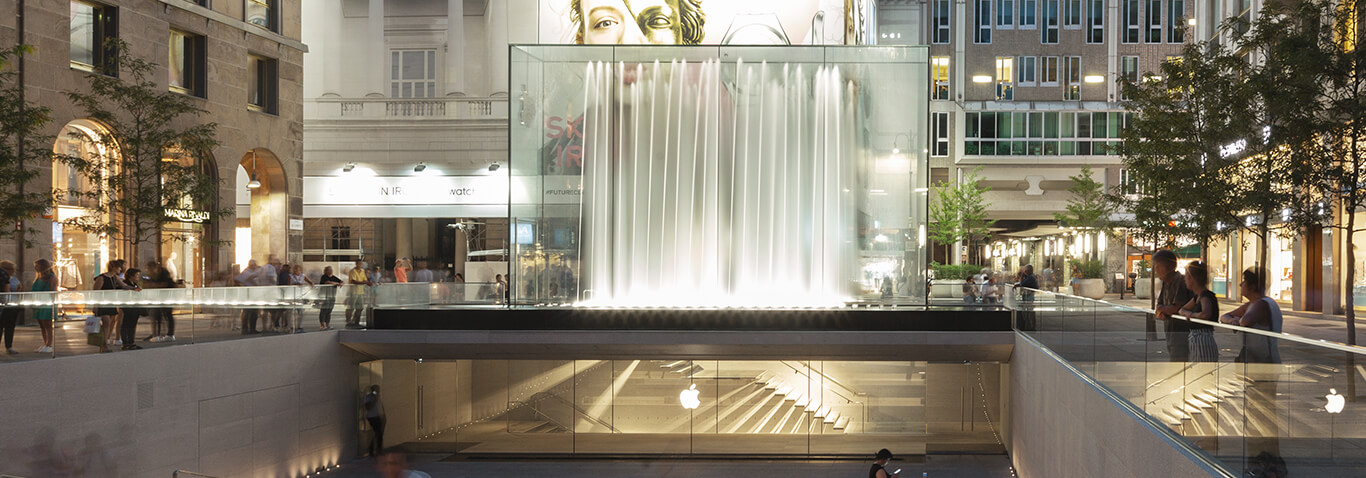 seele was responsible for design, fabrication and installation of the all-glass cubiod of the apple store in Mailand, Italy