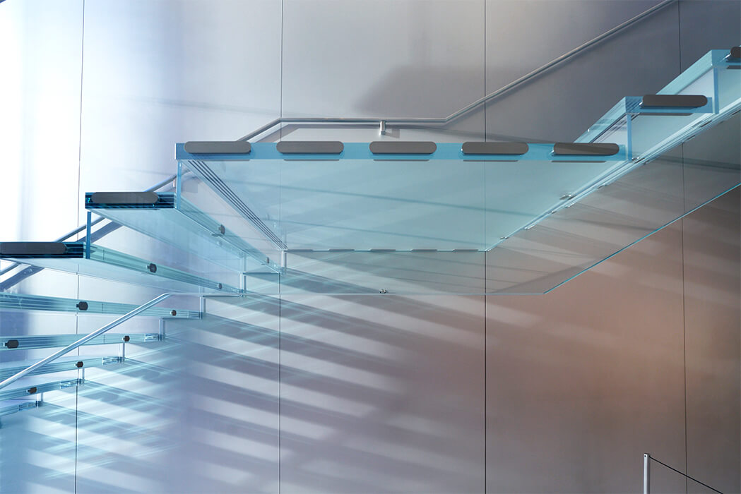 façade specialist seele assembled all-glass stairs at the apple store union square in san francisco.