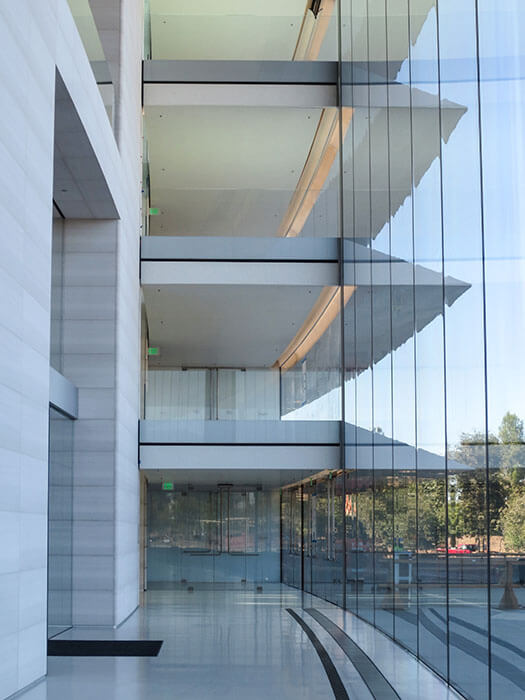 Façades specialist seele provides 2.450 façade panes to Cupertino, USA, to the new headquarters of Apple.