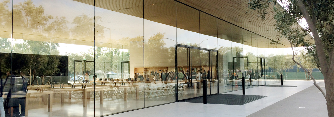 Structural glass designs, like the visitor center, made by seele, dominate the impression of the Apple Park in Cupertino.