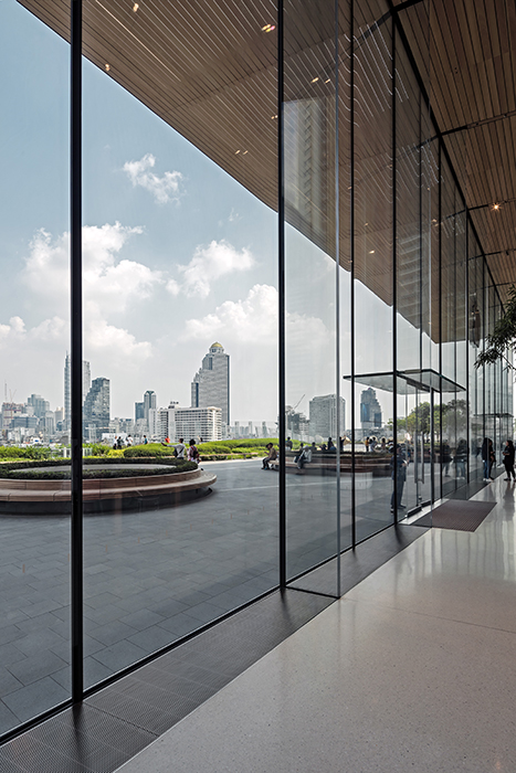 Two double-leaf glass doors with 3m hight made by seele for Appel Retail Store ICONSIAM. © Andreas Keller