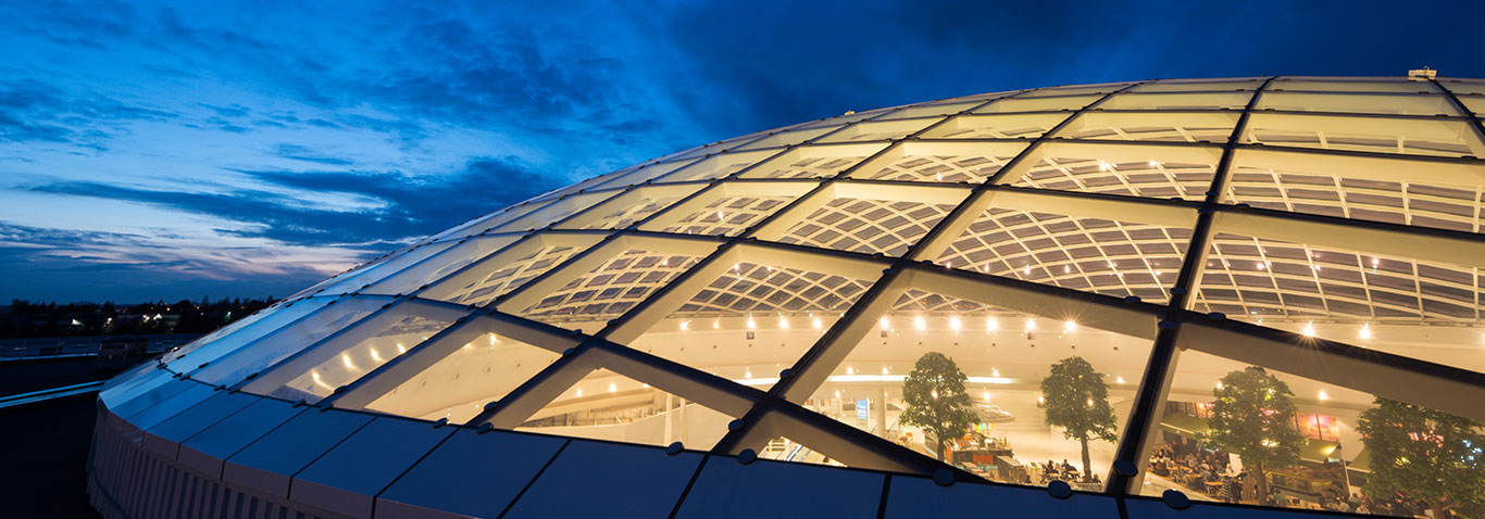A glass dome roof from seele ensures that daylight reaches the interior of the Atlantis shopping centre in Saint Herblain/Nantes, France.
