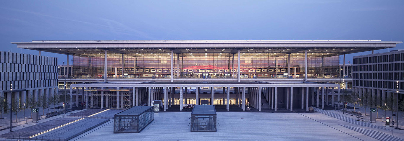 The façade construction specialist seele realised the 70,000sqm glass façade as well as 90,000qm roof surface of the terminal of Berlin Brandenburg Airport.