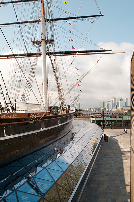 The façade areas of the canopy of Cutty Sark get an angled structure to the floor.