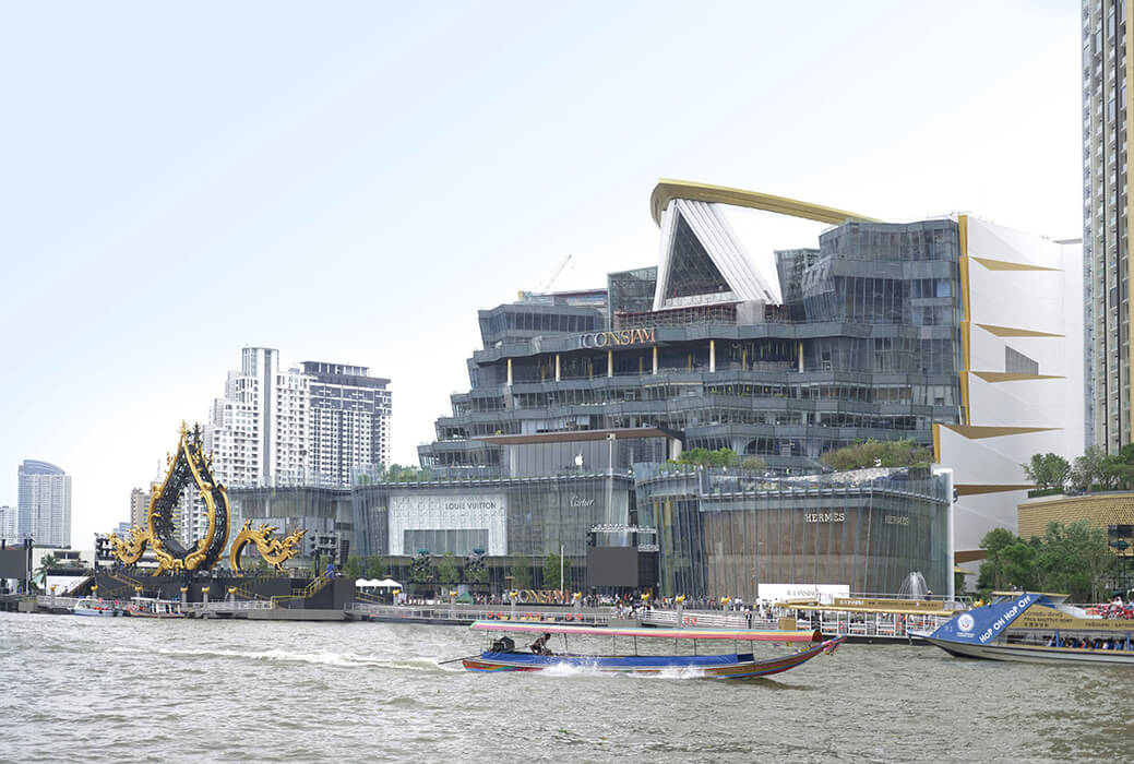 Façade specialist seele manufactured and assembled 333 glass fins up to 16m for the luxury shopping center ICONSIAM.
