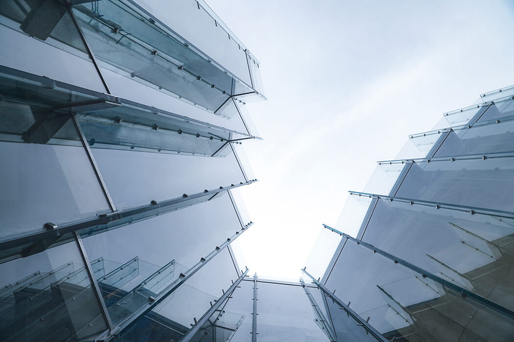 The glass panes are inclined in two directions and arranged in a zig-zag-shape.