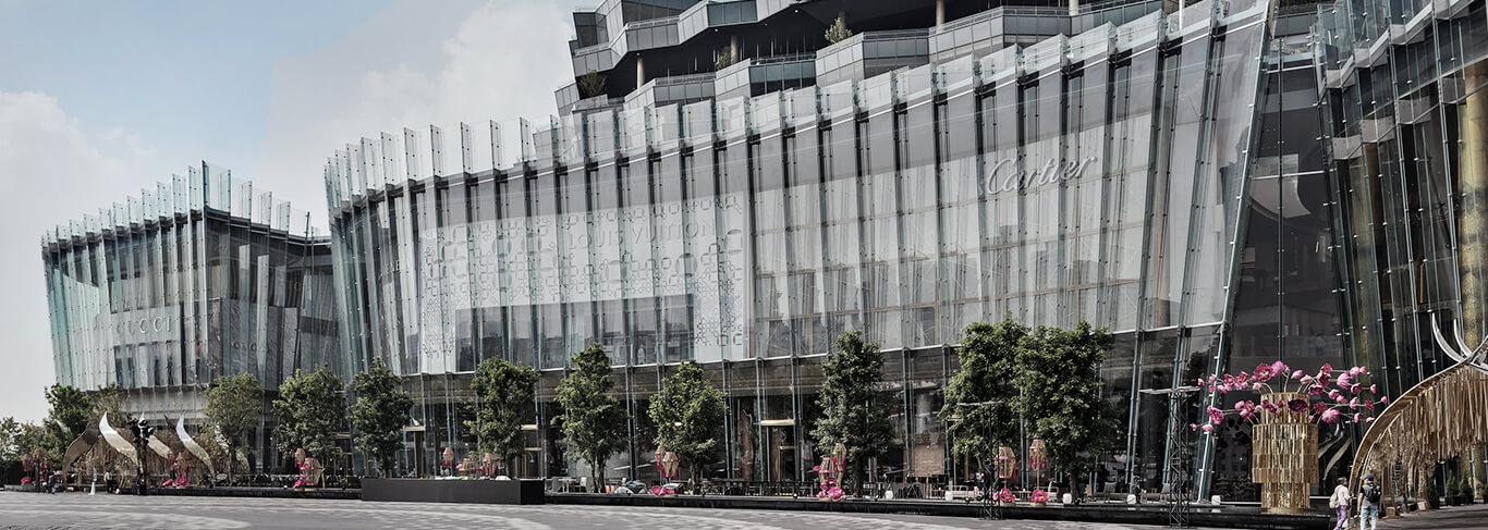 The imposing luxury department store ICONSIAM in Bangkok has a technically outstanding all-glass facade.