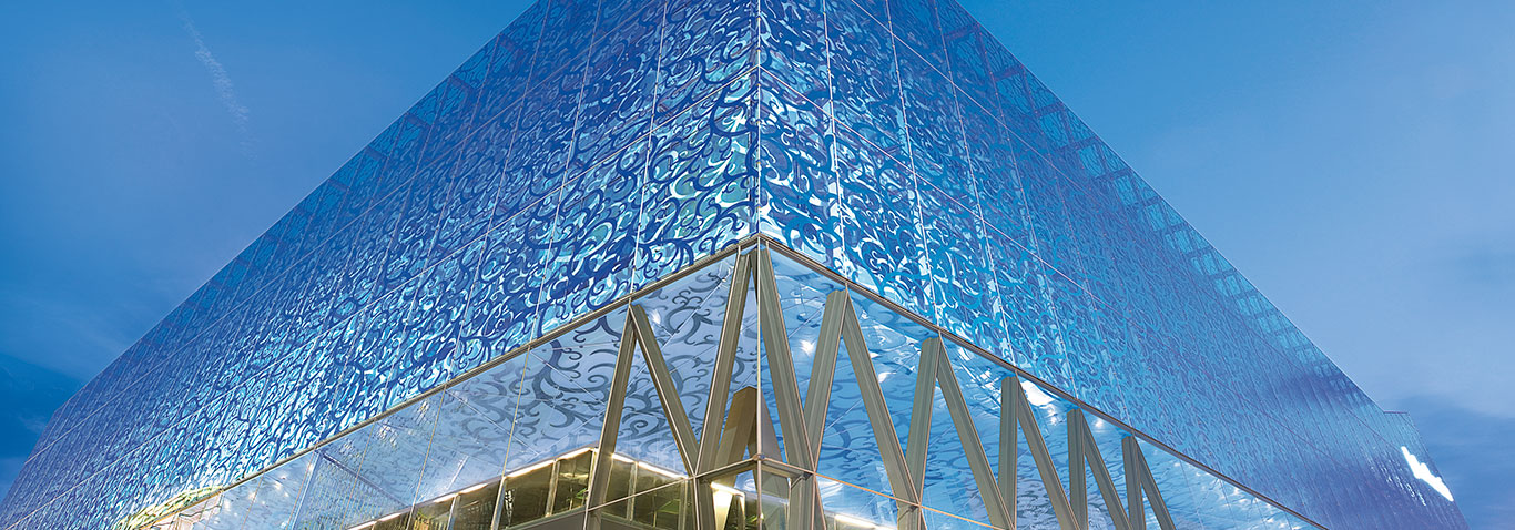 The John lewis department store in London, UK, received a shimmering façade with different patterned glass panes, made by seele.