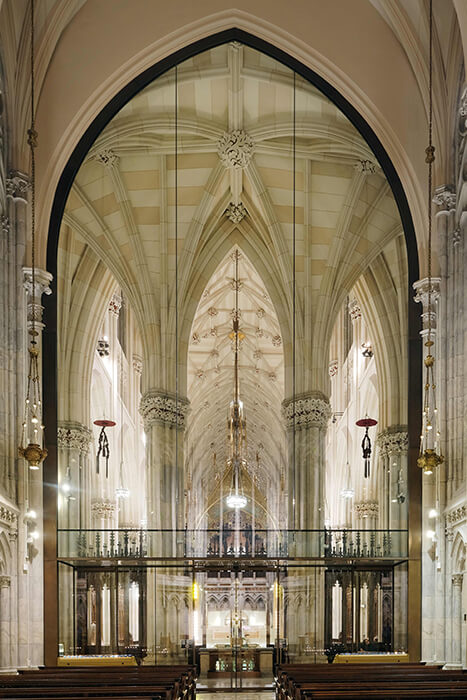 Façade specialist seele realized an All-glass façade to separate the Lady chapel of the St. Patrick's Cathedral from the rest.